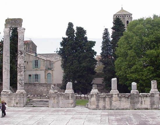 arles-roman-theater-pillar-ruins.jpg